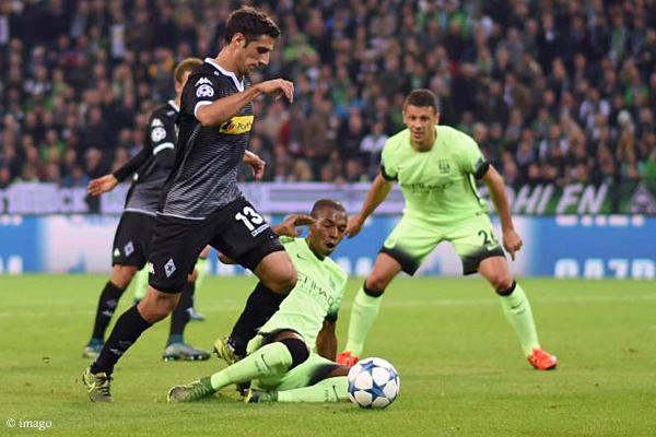 Fehlentscheidung: Fernandinho trifft nicht den Ball, aber das Bein von Lars Stindl.